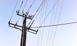 输电线,绿松石绝缘物 免版税图库摄影
