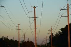 输电线,高压 传输塔 免版税图库摄影