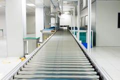 输送链和传送带在生产线在洁净室区域设定了 免版税图库摄影