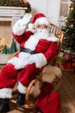 辗压椅子的圣诞老人 库存图片