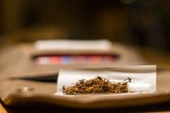 辗压烟草香烟 免版税库存照片