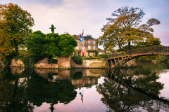 辗压parkland一个风景设置的华尔顿霍尔与它自己的 免版税图库摄影