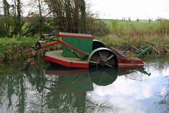 贝辛斯托克运河weedcutting的小船 免版税库存图片