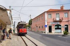 辛特拉与老红色电车的街道场面 免版税库存照片