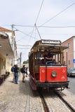 辛特拉与老红色电车,葡萄牙的街道场面 免版税库存图片