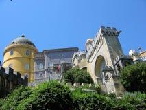 辛特拉城堡的细节上面的对与森林的小山 葡萄牙 免版税库存照片