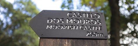 辛特拉葡萄牙摩尔人城堡参观的标志 免版税库存照片
