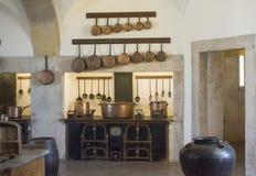 辛特拉,宫殿贝纳,葡萄牙- 2017年8月08日:在全国宫殿贝纳,葡萄牙厨房的铜厨房器物  图库摄影