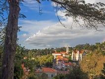 辛特拉,葡萄牙鸟瞰图,有城镇厅和一棵树的在前景 免版税库存照片