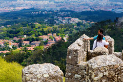 辛特拉,葡萄牙, 2015 04 20 -在Mourish顶部的一对夫妇防御 库存照片