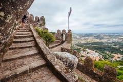 辛特拉,葡萄牙- 2016年7月01日:在墙壁o上的狭窄的段落 图库摄影