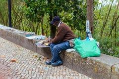 辛特拉,葡萄牙- 2016年7月01日:在手边工作街道的画家 免版税库存照片