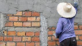 辛苦运转的膏药墙壁在建造场所 股票视频