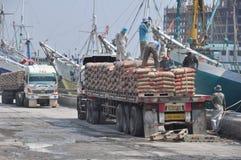 辛苦活动在Sunda Kelapa港口 免版税库存图片