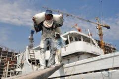 辛苦活动在Sunda Kelapa港口 免版税库存照片