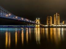 辛辛那提,俄亥俄- Roebling桥梁在晚上 库存图片