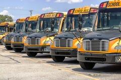 辛辛那提-大约2017年5月:在等待区的全部的黄色校车为学生离去我 库存图片