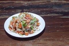 辣三文鱼和螃蟹棍子或kanikama沙拉与菜在白色板材 图库摄影