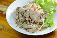 辣切片煮沸了猪肉肝脏沙拉用在盘的草本 免版税库存图片