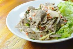 辣切片煮沸了猪肉肝脏沙拉用在盘的草本 免版税库存照片