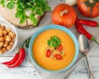 辣南瓜汤用在碗的辣椒 免版税库存图片