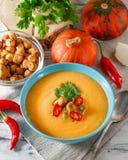 辣南瓜汤用在碗的辣椒 免版税图库摄影