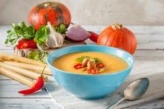 辣南瓜汤用在碗的辣椒 库存图片