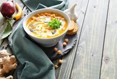 辣南瓜汤用辣椒和大蒜,空间 库存图片