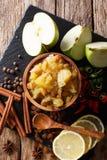 辣印地安调味汁-与柠檬特写镜头的苹果酸辣调味品在碗 免版税图库摄影