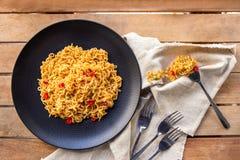 辣印度尼西亚语油煎了与叉子和餐巾的面条 库存照片