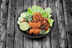 辣变酸炸鸡电话Kai摧毁-泰国的沙拉 库存图片