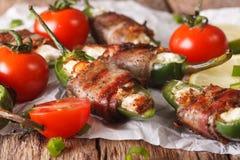 辣开胃菜:墨西哥胡椒胡椒充塞用被包裹的乳酪  库存图片