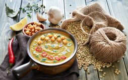 辣扁豆汤用辣椒、大蒜和葱在木桌上 图库摄影