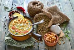 辣扁豆汤用辣椒、大蒜和葱在木桌上 免版税库存图片