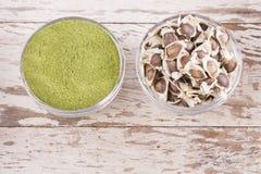 辣木科种子和粉末-含油椒木属 库存照片