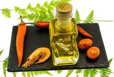 辣椒、蕃茄、柠檬油和一只虾在板岩板材, iso 免版税库存图片