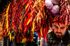 辣椒与boqueria的受抚养者的市场摊位 免版税库存照片