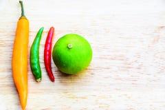 辣椒和柠檬在木盘180225 0255 免版税库存照片