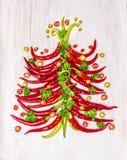 辣椒在白色木背景的圣诞树 免版税库存照片