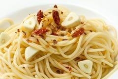 辣椒大蒜油橄榄色意大利面食胡椒红&# 免版税库存照片
