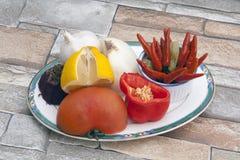 辣椒混杂的纸碟蔬菜 免版税库存图片