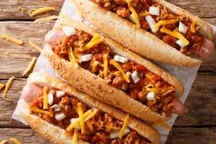 辣椒热狗用切达干酪和辣调味汁特写镜头 Hori 库存图片