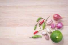 辣椒粉、大蒜、青葱和柠檬在切板 库存照片