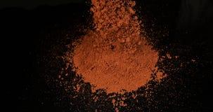 辣椒粉,annuum的辣椒的果实,落反对黑背景,慢动作的粉末 股票录像