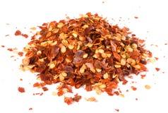 辣椒被击碎的堆查出的白色 免版税库存图片