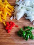 辣椒` s用一棵黄色胡椒和葱 库存照片