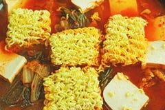 辣汤kimchi热的罐投入了面条。韩国食物。 免版税库存照片