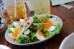 辣沙拉用煮沸的鸡蛋 免版税库存照片