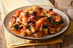 辣油煎的茄子、蕃茄和大蒜的部分与parsle 免版税库存照片
