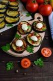 辣油煎的茄子切片用红辣椒、大蒜、草本和无盐干酪 库存图片